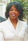 АМЕРИКАНСКАЯ ТЕЛЕВЕДУЩАЯ ОПРА УИНФРИ, выросшая в крайней нищете в семье горничной и шахтера, сумела заработать полтора миллиарда долларов и стать единственной в мире темнокожей  миллиардершей