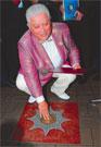 МИХАИЛУ ВОРОНИНУ К 70-ЛЕТИЮ ДАЛИ СРАЗУ ДВЕ ЗВЕЗДЫ:  одну — на аллее звезд  в центре Киева, вторую —  золотую с бриллиантом!