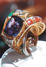 САМОЕ ДОРОГОЕ КОЛЬЦО В ЭКСПОЗИЦИИ — «ЦАРЬ ЦАРЕЙ» с редким камнем ТАНЗАНИТОМ, который встречается только в Танзании. Его стоимость — порядка ста тысяч долларов!