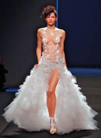 В результате зрители увидели только 16 платьев, в том числе оригинальное свадебное с